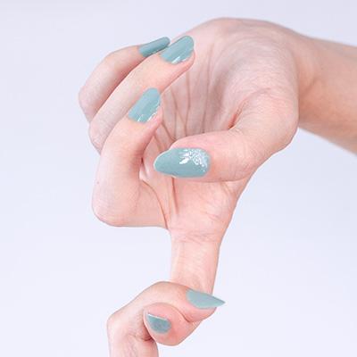 smalto azzurro unghie